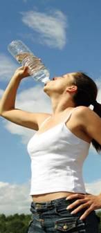 Donna che beve da una bottiglia